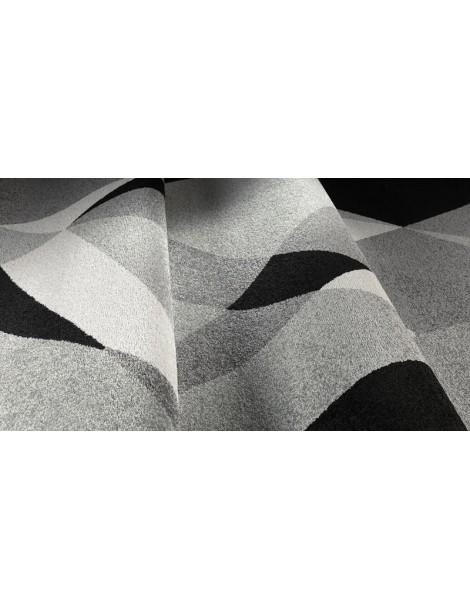 Dettaglio del tappeto geometrico dai colori neutri